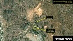 미국 북한전문매체 '38노스'가 지난달 19일 공개한 북한 함경북도 풍계리 핵실험장 북쪽 갱도 부근의 새로운 활동. 노란 점선 동그라미가 새로 나타난 차량을 표시하고 있다.