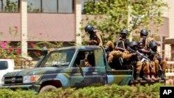 Des militaires de l'armée burkinabè patrouillent à bord d'un véhicule près de l'ambassade de France dans le centre de Ouagadougou, Burkina Faso, 2 mars 2018.