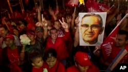 La figura del asesinado monseñor Oscar Arnulfo Romero, ha sido utilizada por los partidos de izquierda, que veneraban su devoción por los pobres. Esto había complicado hasta ahora su camino a la santificación.
