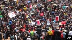 Des manifestants demandent la démission de Jacob Zuma, accusé de corruption, le 16 décembre 2015. (AP Photo/Denis Farrell)
