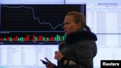 Màn hình hiển thị thông tin về thị trường chứng khoán ở Moscow