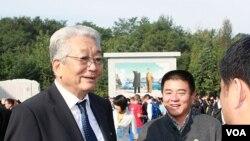 대회 조직위 관계자들과 환담을 나누는 장웅 국제태권도연맹 총재
