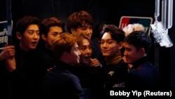 Anggota band K-Pop orea Selatan EXO bereaksi di Hong Kong, China, 2 Desember 2015. (Foto: REUTERS/Bobby Yip)