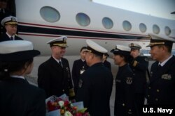 美國海軍作戰部長約翰·理查森抵達中國機場(美國海軍照片)。