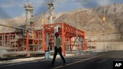 Seorang pekerja berjalan di kilang gas alam di lapangan gas Pars Selatan di Asalouyeh, Iran, di pesisir utara Teluk Persia, 19 November 2015.