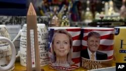 تصویر دو نامزد احتمالی دو حزب جمهوریخواه و دموکرات روی لیوان های تبلیغاتی.