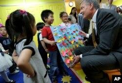纽约市长白思豪访问纽约的华人幼儿园的时候,孩子们送他自制的欢迎贴纸(2014年5月27日)