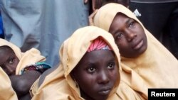 Hasta el momento no se ha identificado a los secuestradores, pero el grupo Boko Haram ha realizado este tipo de secuestros en el pasado. En la foto aparecen niñas liberadas este año. Ellas fueron secuestradas por Boko Haram.