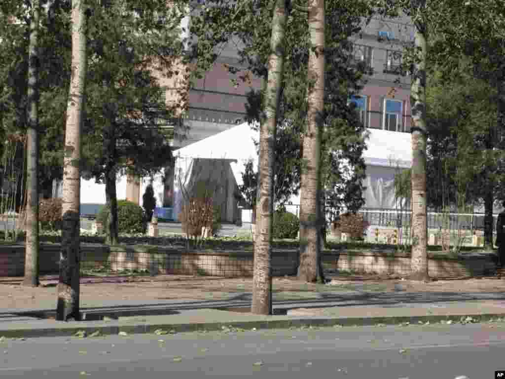 总统下榻的饭店外搭起了用于安检的帐篷