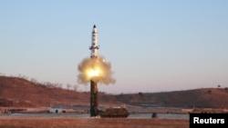 김정은 국무위원장이 지난 12일 북한의 신형 중장거리 전략탄도미사일(IRBM)인 '북극성 2형' 시험발사를 현지지도했다고 조선중앙통신이 13일 보도했다.