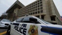 Sebuah mobil polisi FBI tampak di depan kantor FBI di Washington DC (foto: dok).