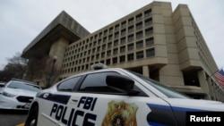 Sebuah mobil polisi diparkir di depan gedung FBI di Washington DC (foto: dok).