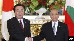 PM Jepang Yoshihiko Noda (kiri) berjabat tangan dengan Presiden Burma Thein Sein sebelum KTT Jepang Mekong, Sabtu (21/4).