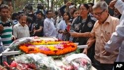 Jenazah blogger Avijit Roy, yang juga tewas akibat dibacok dengan parang, dalam upacara pemakaman di Dhaka, Bangladesh (1/3).