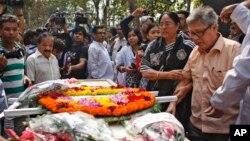 Cha của blogger Avijit Roy đứng cạnh quan tài của con trai tại Dhaka, Bangladesh, ngày 1/3/2015.