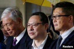 시민 불복종 운동을 촉발한 혐의를 받고 있는 추이우밍 은퇴 목사, 베니 타이 법대 교수, 찬킨만 전 사회학자가 19일 법원에 출석하기 전 기자들의 질문에 대답하고 있다.