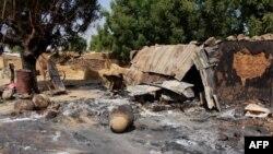 Maisons incendiées par Boko Haram dans le village de Maiborti, à la périphérie de Maiduguri, dans le nord-est du Nigéria, le 17 décembre 2018.