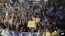나토군 공습을 규탄하는 파키스탄 시위대 행렬