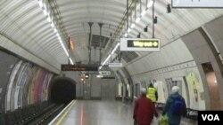 "Salah satu stasiun kereta bawah tanah di London yang dikenal sebagai ""the Tube""."