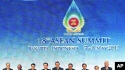 东盟国家首脑在雅加达举行的峰会开幕式上合影