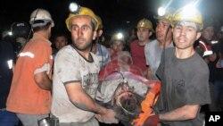 Một thợ mỏ được giải cứu sau vụ nổ mỏ than ở Soma, miền tây Thổ Nhĩ Kỳ.