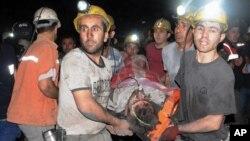 13일 폭발 사고가 발생한 터키 서부 소마 광산에서 광부들이 구조된 동료 광부를 옮기고 있다.