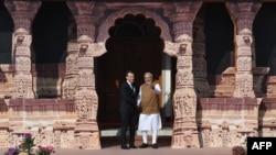 លោកនាយករដ្ឋមន្ត្រីឥណ្ឌា Narendra Modi (រូបស្តាំ) ស្វាគមន៍លោកប្រធានាធិបតីបារាំង នៅក្នុងសម្ព័ន្ធសូឡាអន្តរជាតិនៅក្នុងក្រុងញូវដេលី កាលពីថ្ងៃទី១១ ខែមីនា ឆ្នាំ២០១៨។