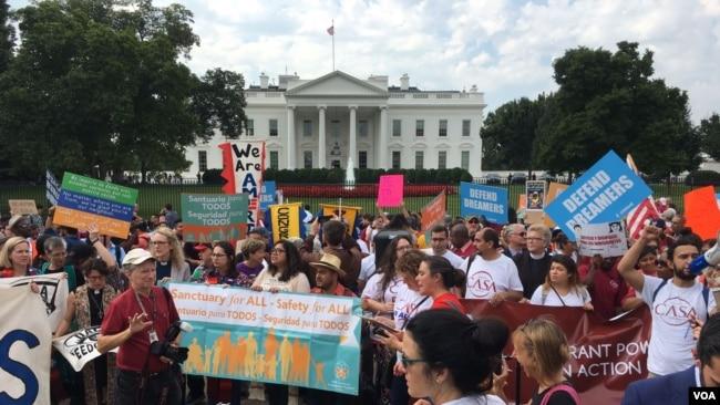 """Activistas piden mantener protección a los """"dreamers"""""""