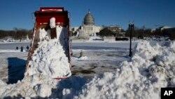 暴风雪过后工人在清扫华盛顿国会山前的积雪 (2016年1月24日)