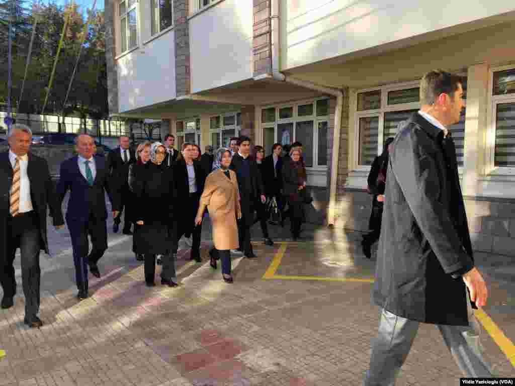 """Başbakan Ahmet Davutoğlu'nun eşi Sare Davutoğlu oyunu Ankara Çankaya İlkokulu'nda kullandı. Sare Davuoğlu, """"İnşallah sükunet ile geçer. Beni kendisi (Başbakan Davuoğlu) evde bekliyor. Konya'da oy kullanacak. Hayırlı olsun"""" dedi."""