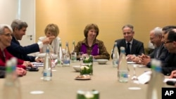 U.S. Secretary of State John Kerry, second left, meets with EU High Representative for Foreign Affairs, Catherine Ashton, center, and Iranian Foreign Minister Mohammad Javad Zarif, third right, at the Iran Nuclear talks in Geneva, Nov. 9, 2013.