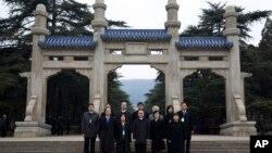 Bộ trưởng Đài Loan đặc trách về quan hệ với Trung Quốc Vương Úc Kỳ cùng các giới chức khác tới thăm Lăng Tôn Dật Tiên, người sáng lập nước Trung Quốc hiện đại, ở thành phố Nam Kinh, ngày 12/2/2014.