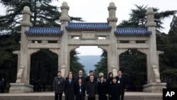 台湾陆委会主任委员王郁琦(中间戴眼镜者)在南京中山陵