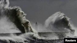 Những ngọn sóng khổng lồ ập vào ngọn hải đăng tại Newhaven ở Sussex, miền nam nước Anh, tháng 2, 2014.