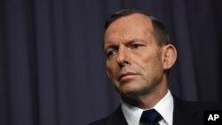 នាយករដ្ឋមន្រ្តីអូស្រ្តាលី លោក Tony Abbott ផ្អាកមួយភ្លែត នៅពេលលោកថ្លែងទៅកាន់សារព័ត៌មាននៅក្នុងសន្និសីទកាសែតមួយនៅឯសភានៅក្នុងក្រុងកង់បេរ៉ា (Canberra) ប្រទេសអូស្រា្តលីកាលពីថ្ងៃទី២៩ ខែមេសា ឆ្នាំ២០១៥។