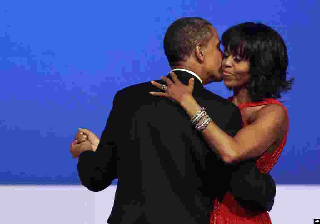 바락 오바마 미국 대통령과 부인 미셸 오바마 여사가 21일 밤 워싱턴 컨벤션 센터에서 열린 대통령 취임식 축하 무도회에서 춤을 추고 있다.