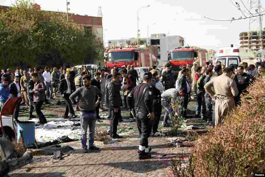 Kerumunan orang melihat-lihat daerah di sekitar serangan bom mobil di Irbil (19/11). (Reuters/Azad Lashkari)