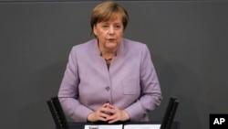 La chancelière allemande Angela Merkel prononce son discours sur l'Union européenne au parlement allemand Bundestag à Berlin, le 27 avril 2017.