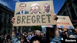Người dân cầm những tấm áp phích trong cuộc biểu tình 'March for Europe' chống lại quyết định rời khỏi EU của Anh ở trung tâm London, ngày 2 tháng 7 năm 2016.