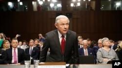 Minis Jistis Etazini a, Jeff Sessions nan Capitol Hill, Washington, 13 jen 2017 kote li tap temwaye devan Komite Entèlijans Sena a.