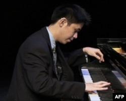 听障青年钢琴家陈平静