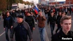 Участники протеста в районе Западное Бирюлево позднее направились к местной овощной базе, на которой в основном трудятся мигранты. Москва, Россия. 13 октября 2013 г.