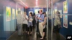 미국 뉴욕의 북한 선전화 전시회장을 찾은 관람객들.