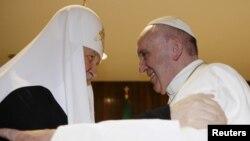Người đứng đầu của Giáo hội Chính thống giáo Nga Kirill (trái) và Đức Giáo Hoàng Phanxicô hội kiến tại Havana, ngày 12/2/2016.