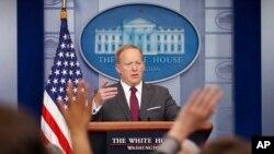 Sekretè Laprès Mezon Blanch la, Sean Spicer, pandan li tap prezante yon pwendprès nan Washington.