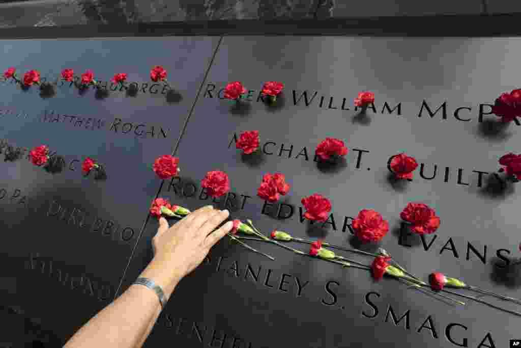 گلها بر روی بنای یادبود از قربانیان یازدهم سپتمبر سال ۲۰۰۱
