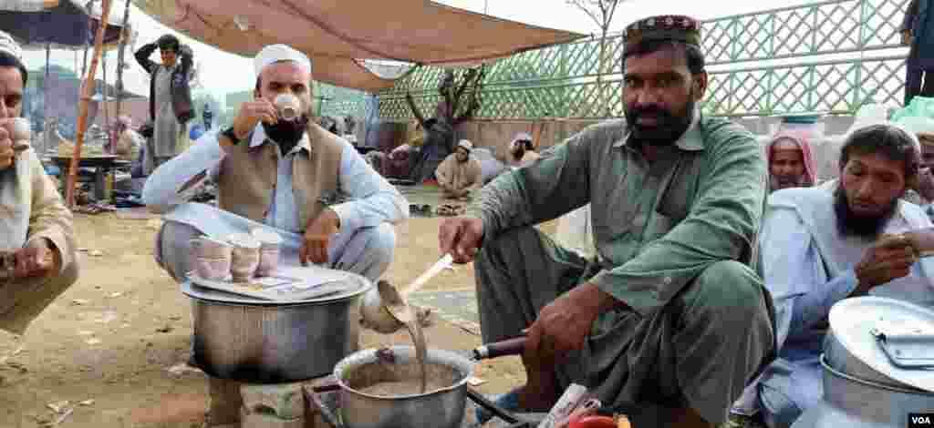 مارچ کے شرکا چولہے اور دیگر ضروری سامان ہمراہ لائے ہیں۔ اسلام آباد کے خنک موسم میں چائے کے دور بھی چل رہے ہیں