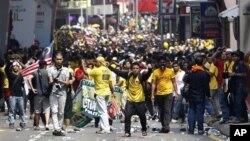 Puluhan ribu warga Malaysia turun ke jalan-jalan besar di Kuala Lumpur, menuntut reformasi pemilu (28/4).