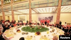 Kiongozi wa Korea Kaskazini Kim Jong Un akihudhuria karamu iliyoandaliwa na mwenyeji wake Rais wa China Xi Jinping