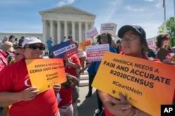 미국 워싱턴 연방 대법원 앞에서 이민 인권 운동가들이 23일 인구조사 시민권 질문 추가를 반대하는 시위를 하고 있다.